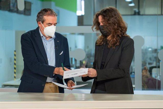 El administrador único de RTVC, Francisco Moreno, y la directora del Instituto de Igualdad, Kika Fumero, en la firma de un convenio