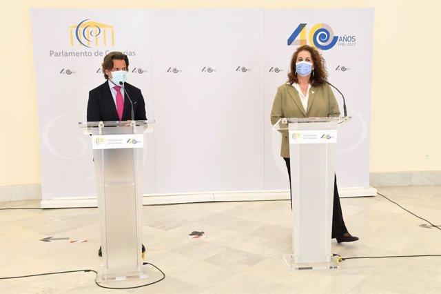 El presidente del Parlamento de Canarias, Gustavo Matos, y la diputada y activista, Carla Antonelli, en rueda de prensa