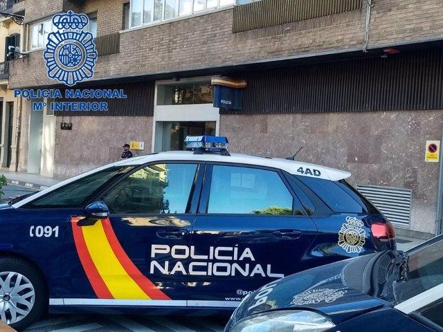 Vehículo de la Policía Nacional frente a la jefatura de Pamplona.