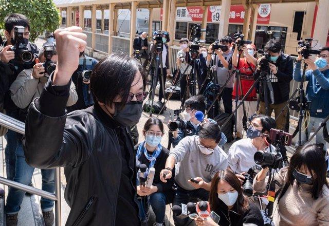 El activista Mike Lam a su llegada al juzgado.