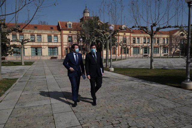 Mañueco se dirige junto a Fernández Mañueco a la sala de prensa de la Junta