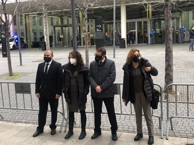 Diversos membres de la Sindicatura Electoral de l'1-O encausats a les portes de la Ciutat de la Justícia de Barcelona el 3 de març del 2021.