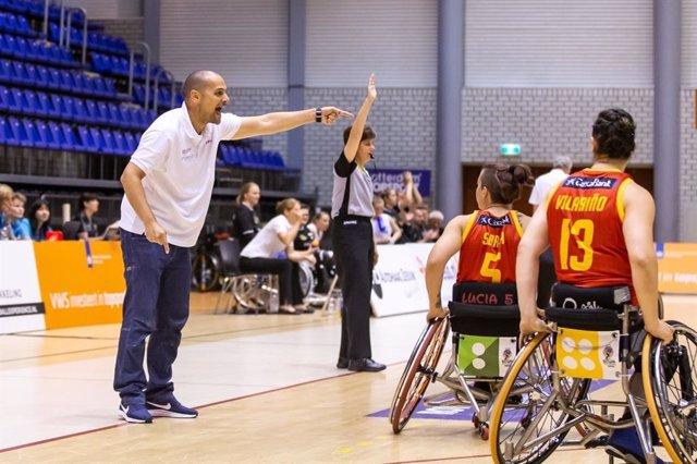 Archivo - Abraham Carrión da instruciones en un partido de la selección española de baloncesto en silla