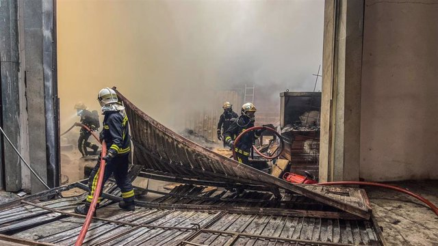 Bomberos de la Comunidad de Madrid intentan extinguir un incidenio en Torrejón de la Calzada.