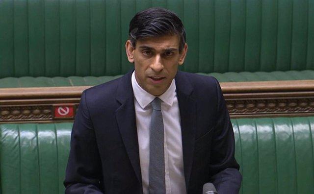 Una captura de pantalla muestra al ministro de Hacienda de Reino Unido, Rishi Sunak, presentando el presupuesto de 2021 en la Cámara de los comunes.