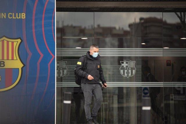 Un agent de seguretat a una de les portes del Camp Nou a Barcelona. Catalunya (Espanya), 1 de març del 2021.