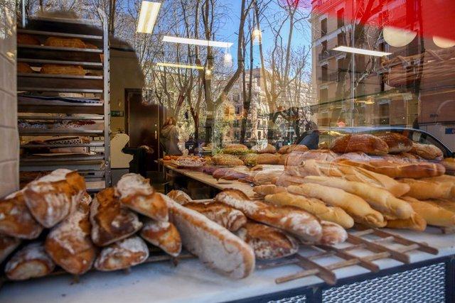 Archivo - La panadería La Magdalena de Proust, en Madrid (España), a 5 de enero de 2021. Las cerca de 600 pastelerías artesanas de la Comunidad de Madrid venderán en estas fiestas dos millones y medio de Roscones, con un incremento respecto al pasado año,
