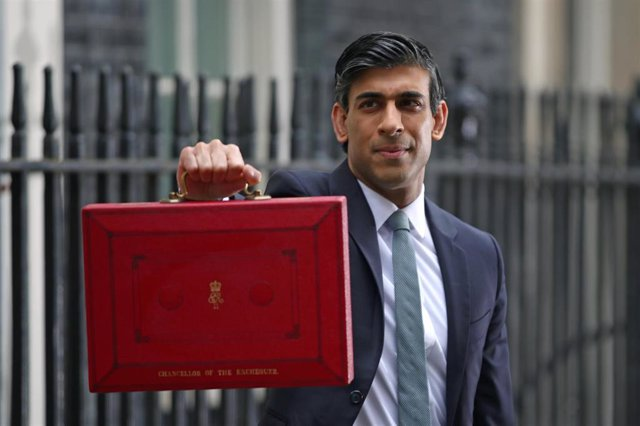 03 March 2021, United Kingdom, London: UK Chancellor of the Exchequer Rishi Sunak holds his red briefcase outside 11 Downing Street, before heading to the House of Commons to deliver the UK 2021 budget. Photo: Aaron Chown/PA Wire/dpa