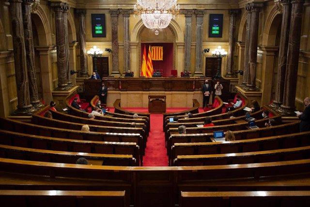 Archivo - Vista del hemiciclo durante una sesión de control al Govern de la Generalitat en el Parlament, en Barcelona