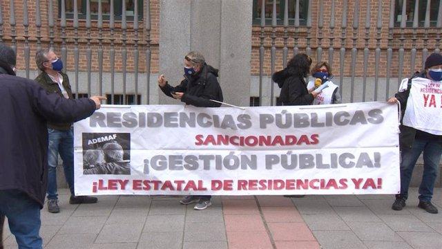Imágenes de la Marea de Residencias y la Asociación en Defensa de los Mayores en Residencias (ADEMAF) concentrados frente a la Consejería de Políticas Sociales de Madrid.