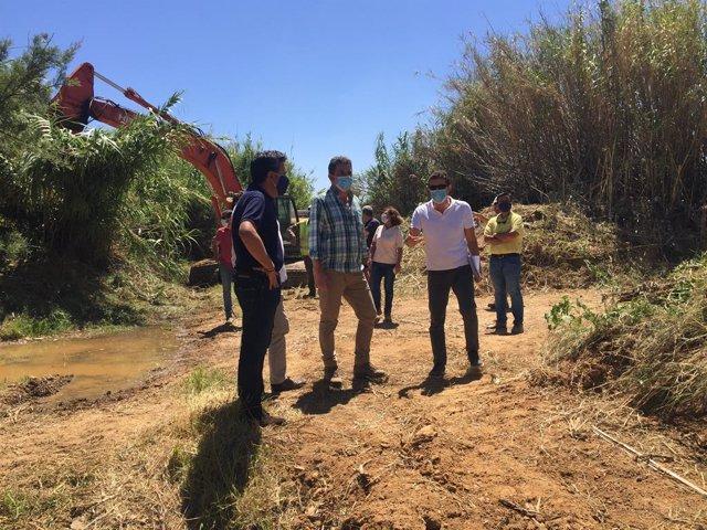 Archivo - El delegado de Agricultura, Ganadería, Pesca y Desarrollo Sostenible, Álvaro Burgos, en su visita al arroyo de La Vega en Lepe.