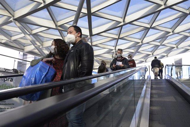 Varias personas en la escalera mecánica del centro comercial Marineda durante el segundo día de la desescalada en A Coruña.
