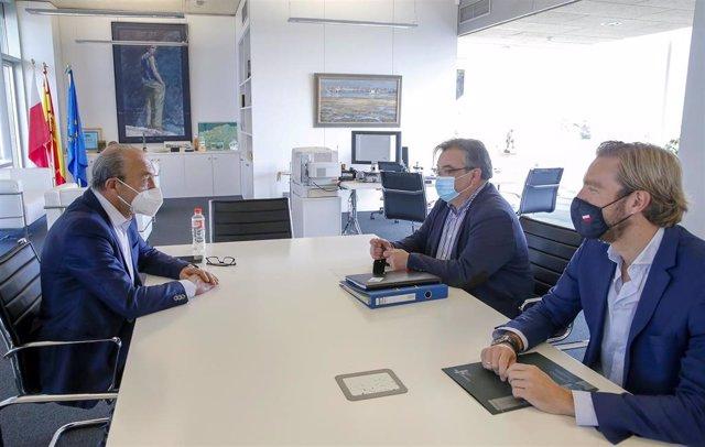 El consejero de Industria, Turismo, Innovación, Transporte y Comercio, Javier López Marcano (izda), se reúne con el alcalde de Noja, Miguel Ángel Ruiz, y el director general de Transportes, Felipe Piña
