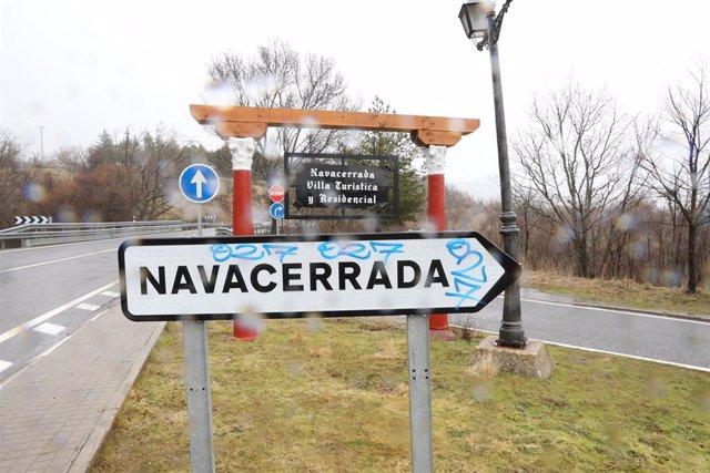 Archivo - Cártel indicativo de dirección de Navacerrada, en Madrid (España), a 25 de enero de 2021. La Comunidad de Madrid anunció el pasado viernes que desde hoy serían 56 zonas básicas de salud (ZBS) y 25 localidades de la región –una de ellas Becerril
