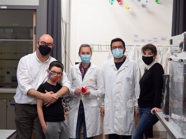 Sara Oliván e Iñaki Ochoa son investigadores, del grupo TME Lab del área de Ingeniería Biomédica, entre otros investigadores y su hijo.