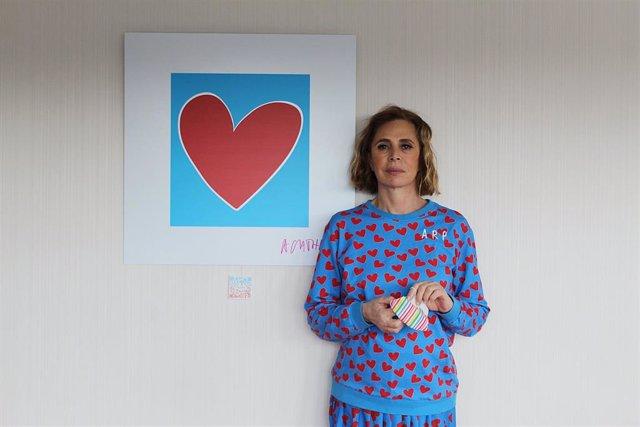 Agatha Ruiz de la Prada con uno de sus diseños.