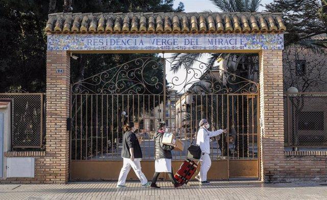 Archivo - El equipo sanitario de una residencia valenciana lleva las dosis de la vacuna (archivo)