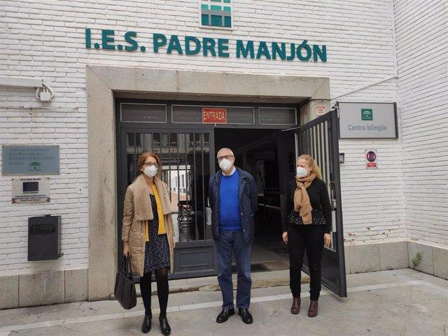 La delegada de Educación y Deporte de la Junta en Granada, Ana Berrocal, visita el IES Padre Manjón