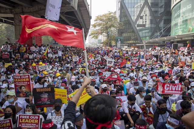 Manifestación durante la huelga general contar la dictadura en Rangún, Birmania