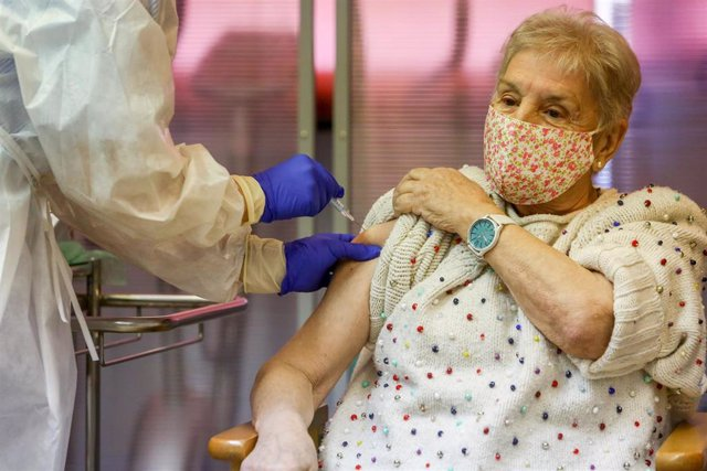 Archivo - María es vacunada contra la Covid-19 en España, en la residencia de mayores Vallecas.