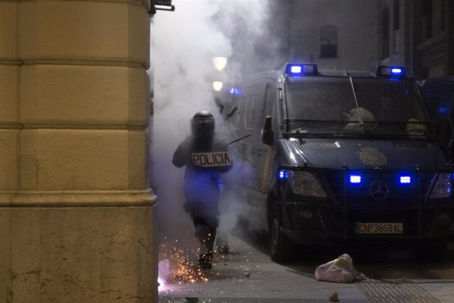 Altercados tras la manifestación contra el encarcelamiento de Pablo Hasél en el sexto día de protestas en Barcelona.