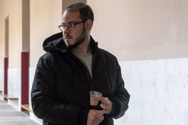 Pablo Hasel con un café en el rectorado de la Universidad de Lleida, en Cataluña (España), a 15 de febrero de 2021