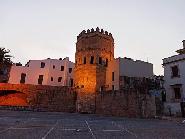 Archivo - Aparcamiento de la calle Santander con la Torre de la Plata al fondo