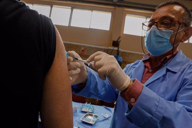 Un trabajador sanitario administra una dosis de la vacuna contra el Covid-19 a un agente de Policía Local, en el Cuartel de Murcia Infante, Murcia, (España), a 2 de marzo de 2021.