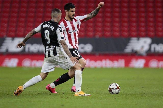 Yuri y Roger pelean por un balón en la ida de semifinales de la Copa del Rey 2020-2021 entre el Athletic y el Levante