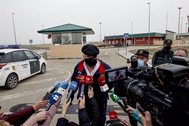 El excomisario José Manuel Villarejo ofrece declaraciones a los medios tras salir de la cárcel de Estremera, en Madrid (España), a 3 de marzo de 2021. El juez de la Audiencia Nacional Manuel García Castellón, que instruye el caso 'Tándem', ha acordado est