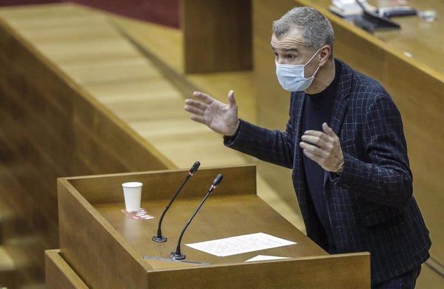 El portavoz de Ciudadanos en las Cortes Valencianas, Toni Cantó, durante una sesión de control al Gobierno valenciano.