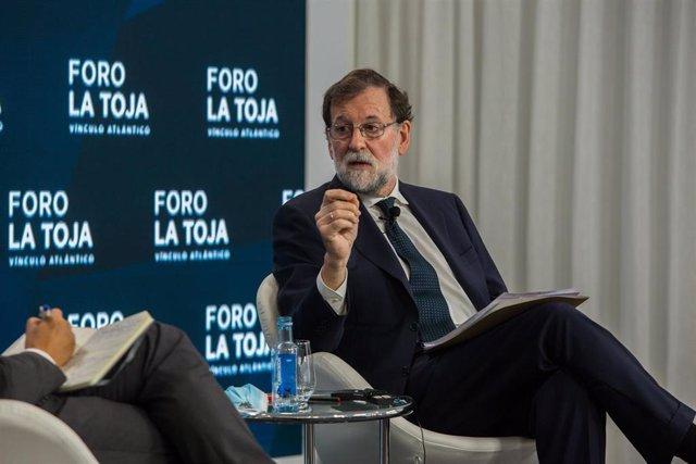 Archivo - El expresidente del Gobierno, Mariano Rajoy (d), durante su intervención en un debate sobre la respuesta de Europa a la pandemia durante la segunda jornada del Foro La Toja en la Isla de La Toja, Pontevedra, Galicia (España).