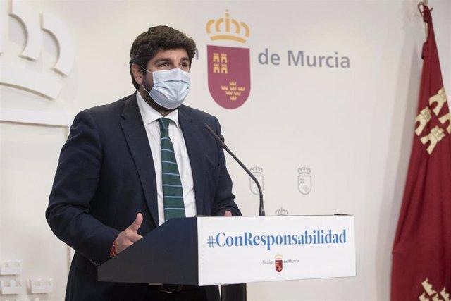 Archivo - El presidente del Gobierno regional, Fernando López Miras, en la rueda de prensa