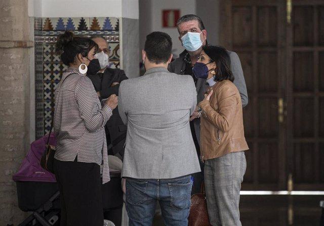 Los diputados no adscritos, Teresa Rodríguez (i) y Nacho Molina (2d), conversa con la presidenta del Parlamento de Andalucía, Marta Bosquet (d), en una foto de archivo.