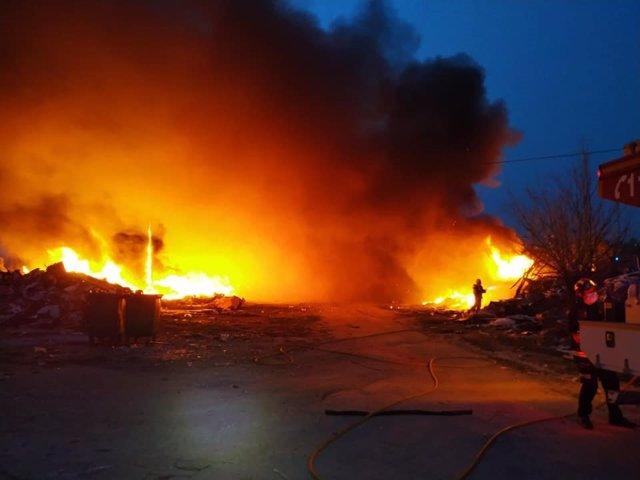Fuego originado por la combustión de unos neumáticos en el Cerro de los Palos de Toledo