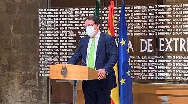 El vicepresidente segundo y consejero de Sanidad y Servicios Sociales, José María Vergeles, en rueda de prensa sobre la situación de la pandemia en Extremadura