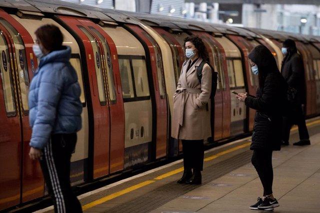 Una mujer espera el tren en Londres.