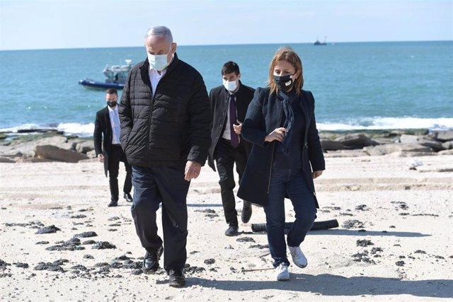 El primer ministro de Israel, Benjamin Netanyahu, y la ministra de Protección Medioambiental, Gila Gamliel, pasean por una playa afectada por los vertidos de petróleo.