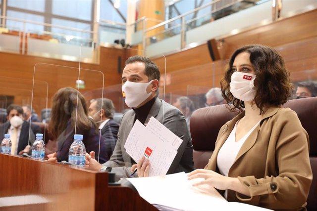 Imagen de recurso del vicepresidente, consejero de Deportes, Transparencia y portavoz, Ignacio Aguado, y la presidenta de la Comunidad de Madrid, Isabel Díaz Ayuso, durante una sesión plenaria celebrada en la Asamblea de Madrid.