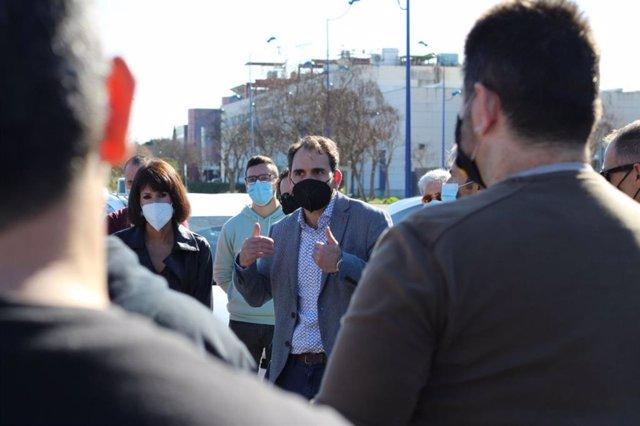 La secretaria general de Podemos Andalucía, Martina Velarde, y el coordinador de IU en Andalucia, Toni Valero, reunidos con taxistas en Sevilla.