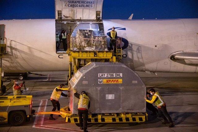 Llegada de un nuevo lote de vacunas de Pfizer al aeropuerto El Dorado, en Colombia.