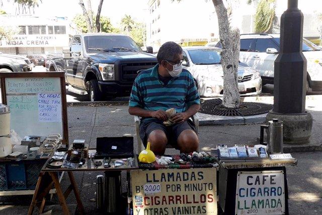 Archivo - Un vendedor en las calles de Venezuela.