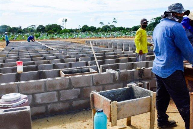 Construcción de nuevos nichos en un cementerio de Manaos.