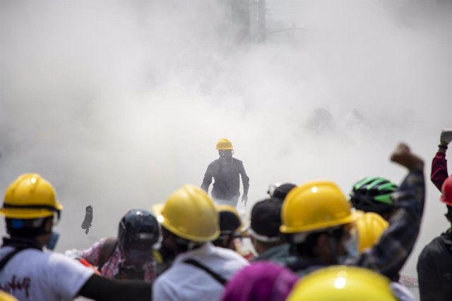 02 March 2021, Myanmar, Yangon: Protesters flee from tear gas fired by riot police officers on Insein street during a protest against the military coup and detention of civilian leaders in Myanmar. Photo: Thuya Zaw/ZUMA Wire/dpa