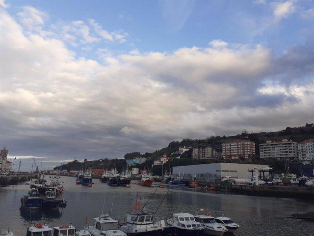 Nubes sobre el puerto de Bermeo.