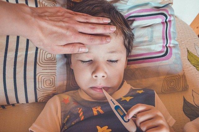Archivo - Niño enfermo, termómetro. Fiebre. Pediatra.