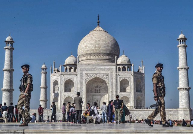 Archivo - 19 February 2020, India, Agra: Indian security personnel patrol the premises of Taj Mahal. Photo: Pawan Sharma/PTI/dpa