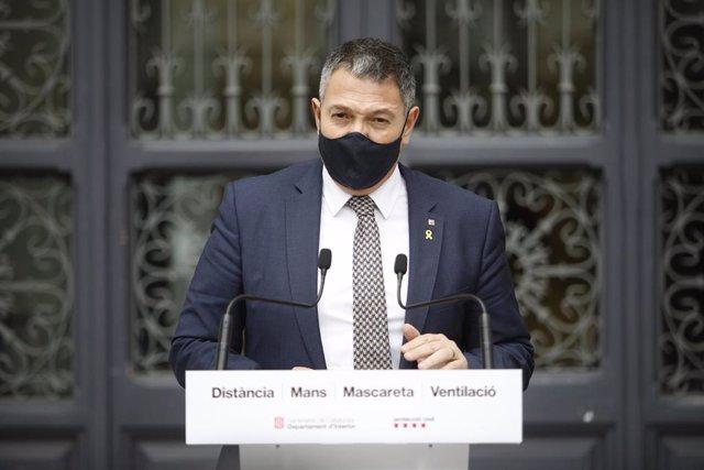 El conseller de Interior, Miquel Sàmper, tras una reunión este lunes por los altercados en Barcelona.