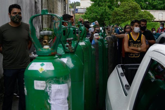 Archivo - La población de Manaos hace cola para comprar bombonas de oxígeno en plena pandemia de coronavirus.