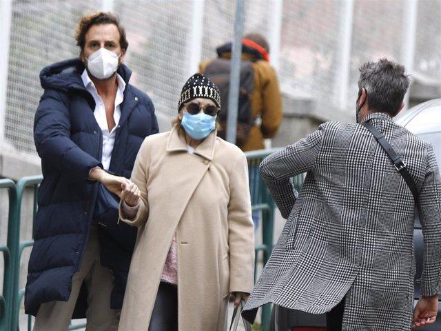 Mila Ximénez acudió al hospital acompañada por Raul Prieto y David Valldeperas